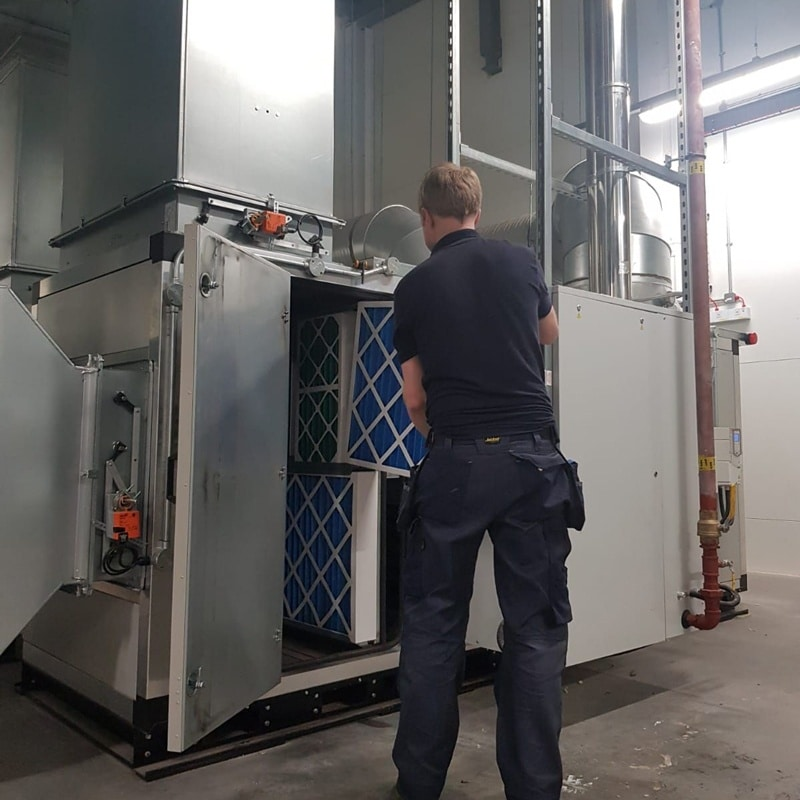 air con engineer repairing